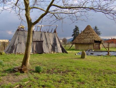 Capanna paleolitico e capanna dell'Età del Bronzo
